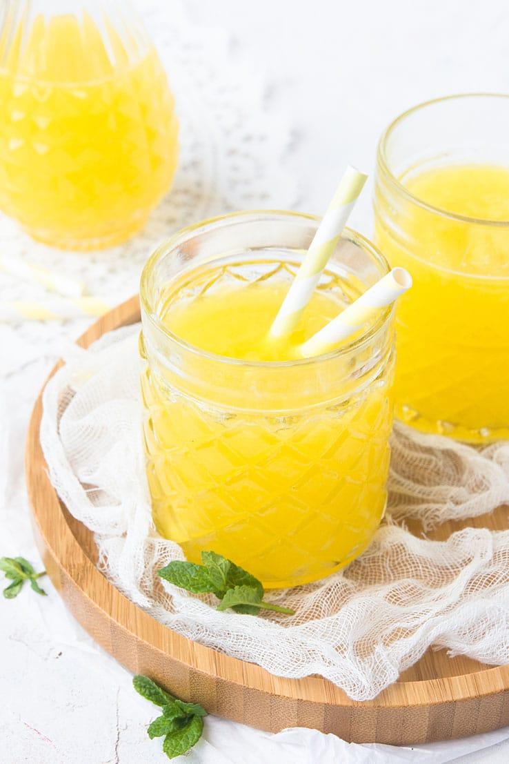 """Une recette de jus detox à l'ananas, eau de coco, menthe & gingembre et un zeste de citron vert -- par Confit Banane """""""