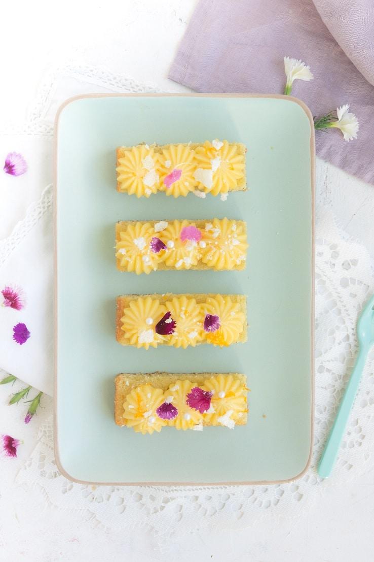 Des sticks avec une base madeleine, du curd au yuzu pour un dessert express -- confit banane --