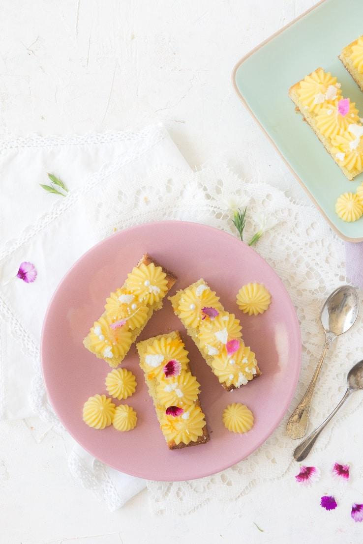 Une base madeleine, du curd au yuzu pour un dessert express -- confit banane --