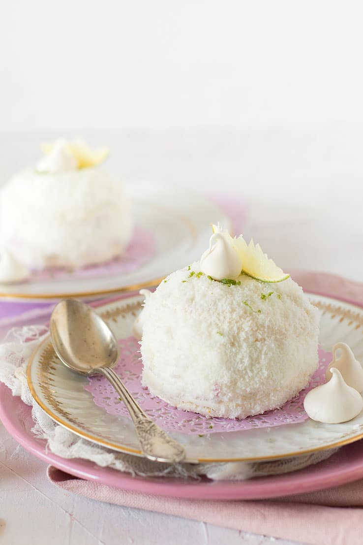 Des gâteaux merveilleux enrobés de noix de coco avec un coeur de framboise - de confit banane