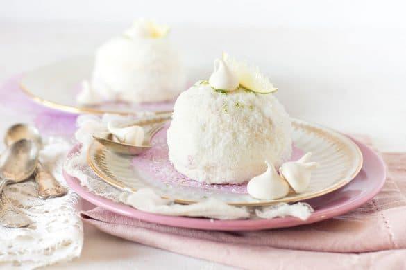 Un dôme de coco garni de meringue, chantilly à la vanille & citron vert avec un coeur de framboise -- par confit banane -