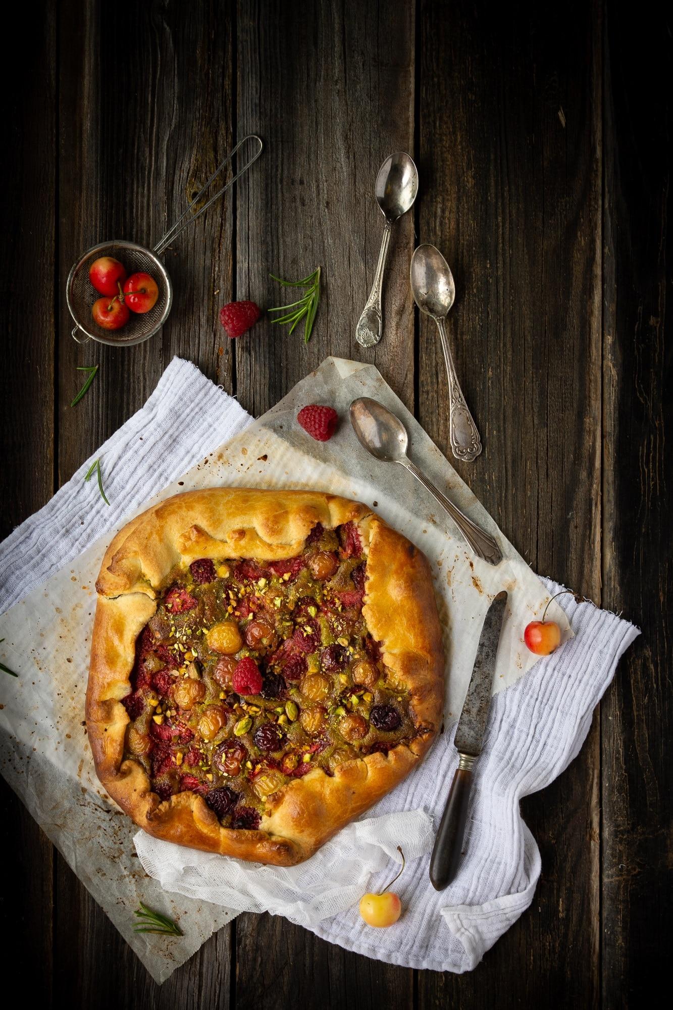 Une recette de tarte rustique aux fruits rouges (fraises, cerises, framboises) avec une crème de pistache -- par Confit Banane