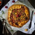 la recette d'une tarte rustique avec une creme d'amande et pistache, des fraises, des framboises et des cerises - par Confit Banane
