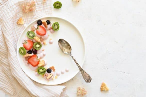 dessert à l'assiette pour enfant aux fruits, yaourt et biscuits Mère Poulard -- par Confit Banane
