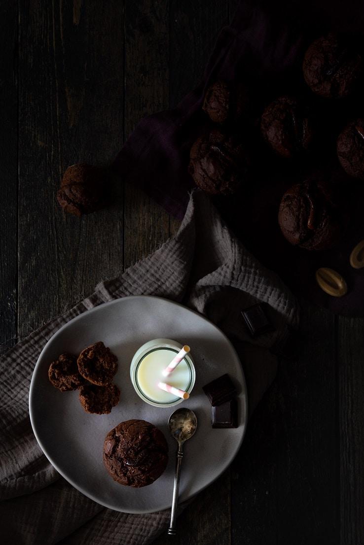 Recette de muffins tout chocolat aux haricots tarbais, moelleux et sans beurre, food photography. Recette par Confit Banane