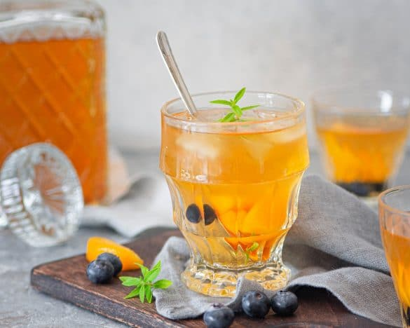 Une recette de thé glacé aromatisé à la pêche & myrtilles pour se désaltérer -- recette de Confit Banane