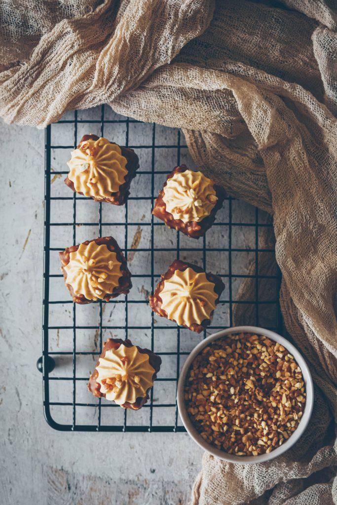 Recette de pixcake au praliné avec un glaçage rocher et une ganache montée au dulcey - confitbanane