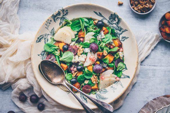 Recette de salade automnale avec du butternut rôti, raisin, poire et fromage bleu