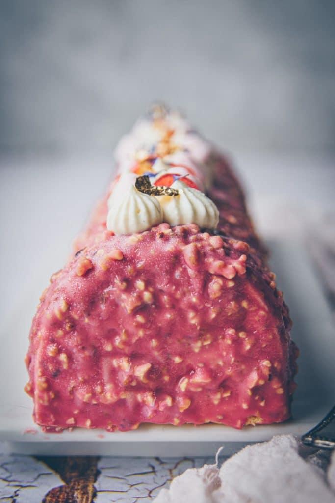 recette de bûche au chocolat blanc, cerise & glaçage rocher rose - confitbanane
