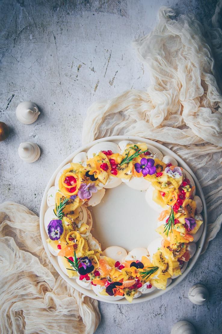 recette de pavlova aux fruits exotiques de noel en couronne - confitbanane