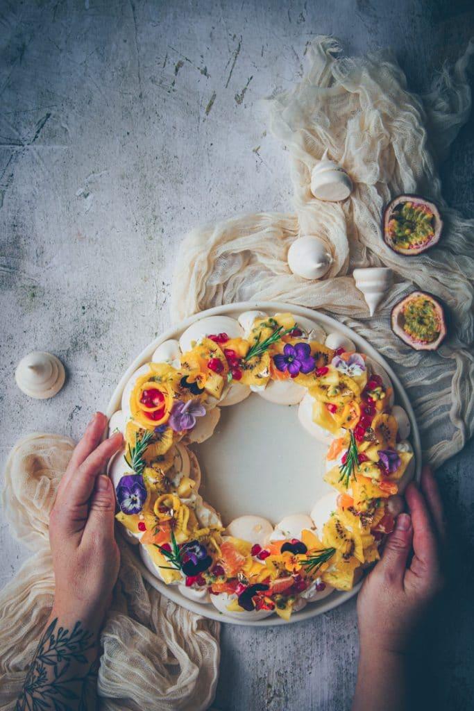 couronne de pavlova aux fruits exotiques - confitbanane