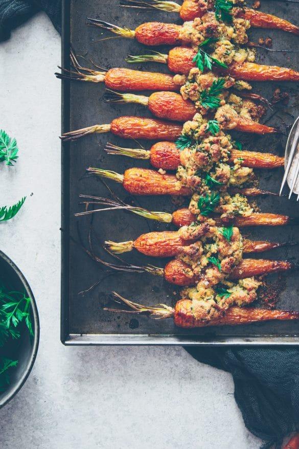 carottes nouvelles rôties et crumble à la noisette et fanes - confitbanane