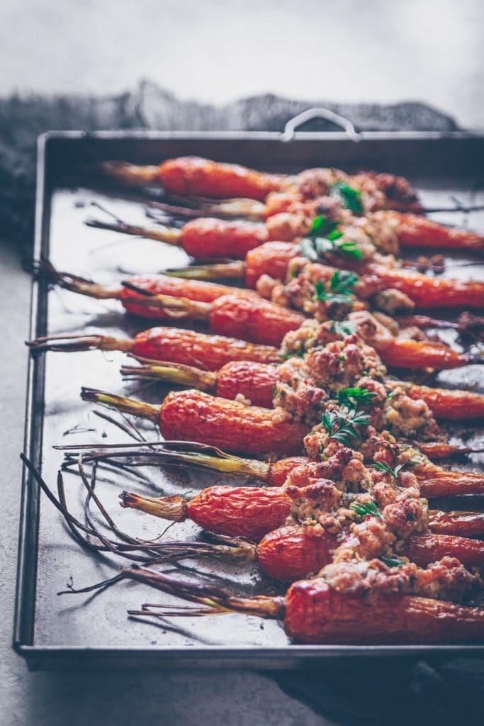 carottes nouvelles en crumble de fanes, noisette et parmesan - confitbanane