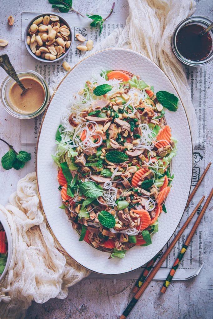 recette de salade comme un rouleau de printemps au poulet rôti et cacahuètes - confitbanane
