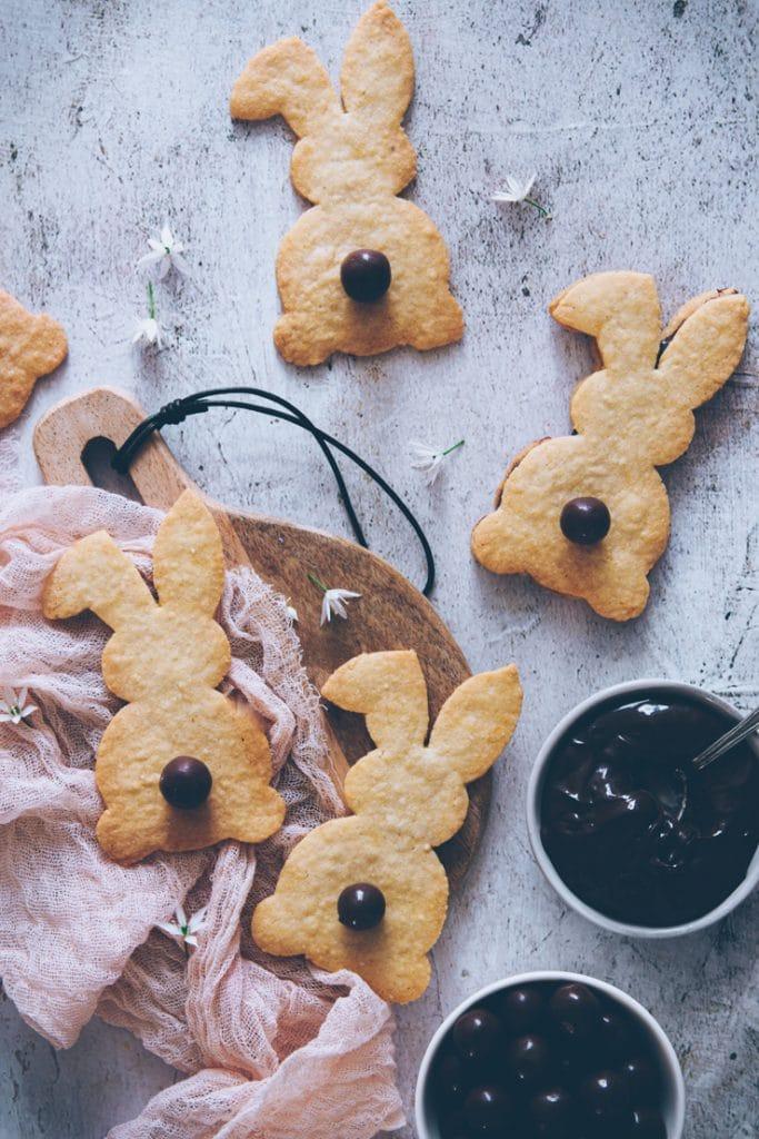 recette de pâques : des sablés lapin fourrés au chocolat - confitbanane