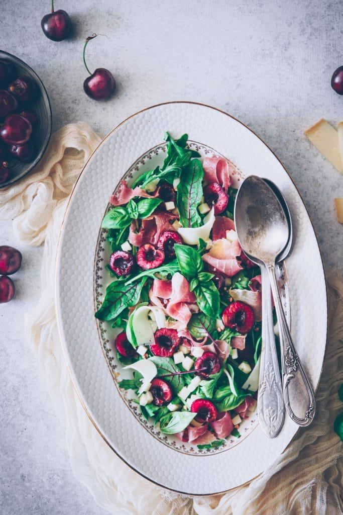 une salade de printemps aux parfums de pays basque aux cerises & fromage de brebis