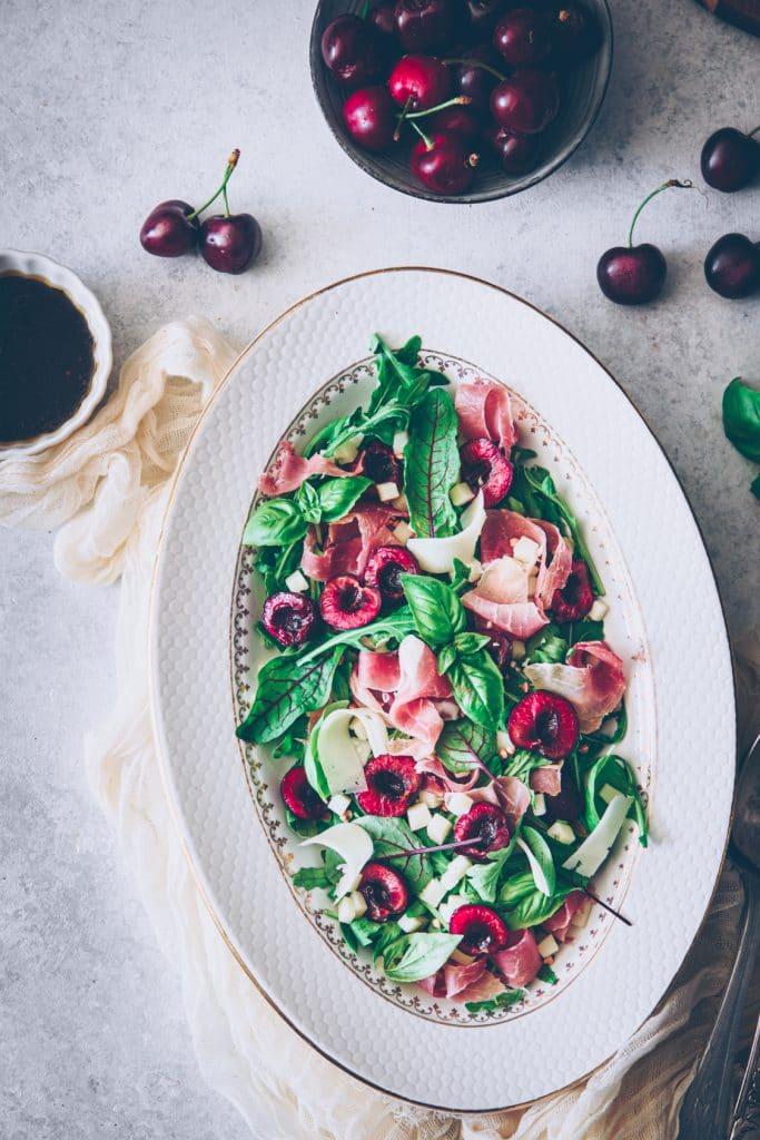 recette de salade aux cerises, fromage de brebis & jambon de bayonne - confitbanane