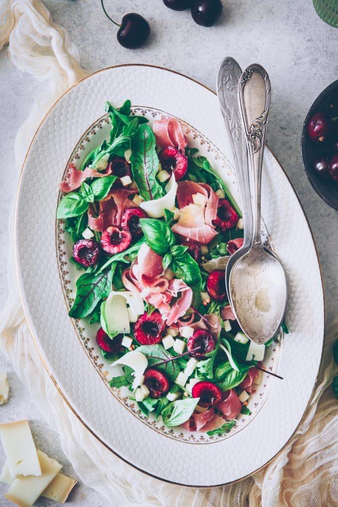 recette d'une salade aux cerises, fromage de brebis & jambon de Bayonne - confitbanane